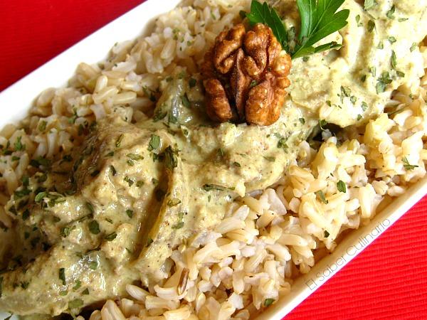 Pollo Garam masala con salsa de nueces y yogur