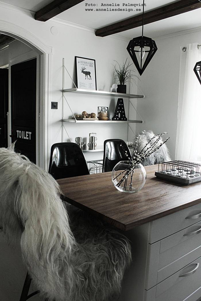 kök, köket, köks, köksbilder, fårskinn, webbutik, webbutiker, webshop, inredning, döden lampa, lampor, tvåfotad design, köksö, hylla, bokstavslampa, bokstavslampor, bokstav, bokstäver, annelies design, svart och vitt, svartvit, vide, videkvist, videkvistar, barstol, barstolar, vit parkett,