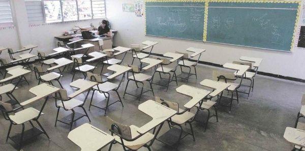 Docentes puertorriqueños denuncian no haber sido reubicados tras cierre de escuelas