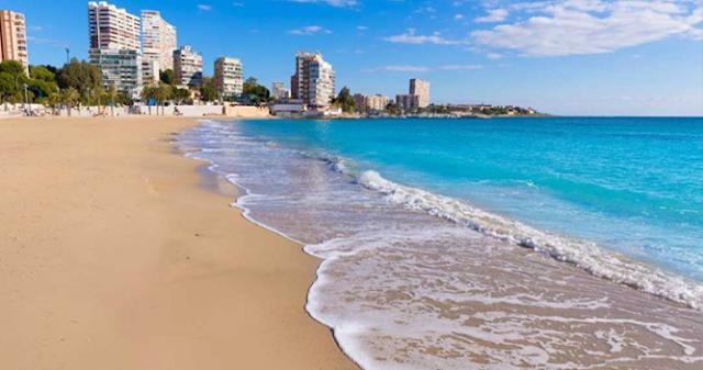 Una concejala de Vox causa polémica por salir a la playa con su marido y sus dos hijos