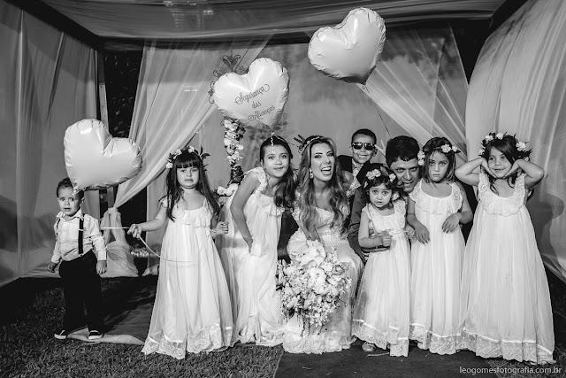 Comitiva de crianças com noivos