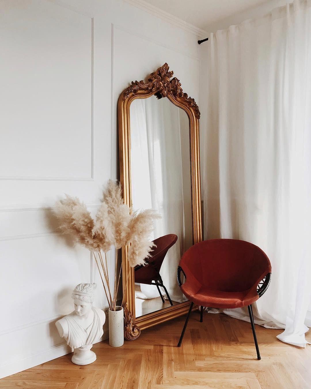 ilaria fatone inspirations - un miroir oversize posé au sol dans une entrée