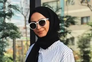 قميص نسائي مخطط بالابيض والاسود وحجاب اسود ونظارات