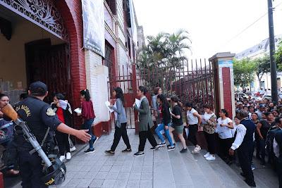 postulantes llegan a la puerta de la UNFV. Examen de admision 2019-7 de abril