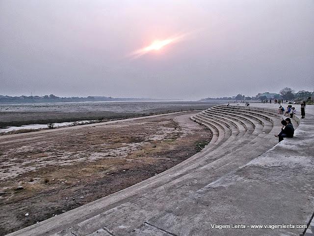 Bancos de areia do Rio Mekong na estação seca