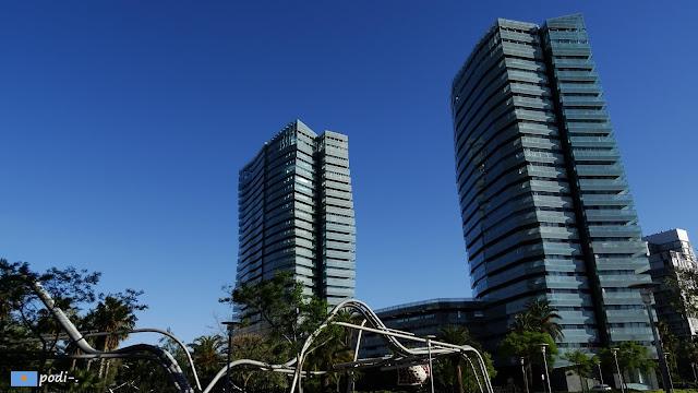 cielo azul en el parque de diagonal mar