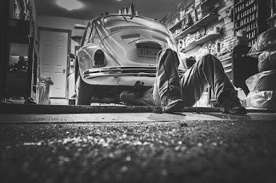 Réparer sa voiture soi-même prend du temps mais permet de faire de grosses économies