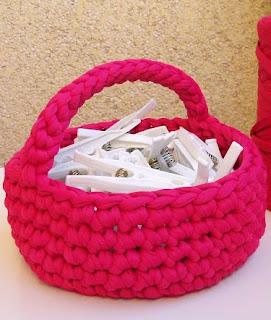 http://www.espaciocrochet.com/2012/11/cesto-para-pinzas.html