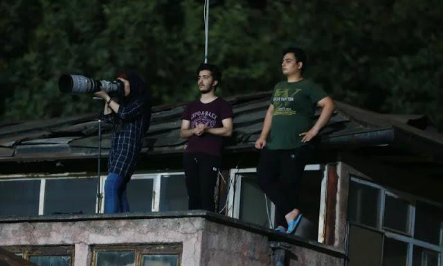 Fotografa iraniana bandita dallo stadio riprende la partita da...