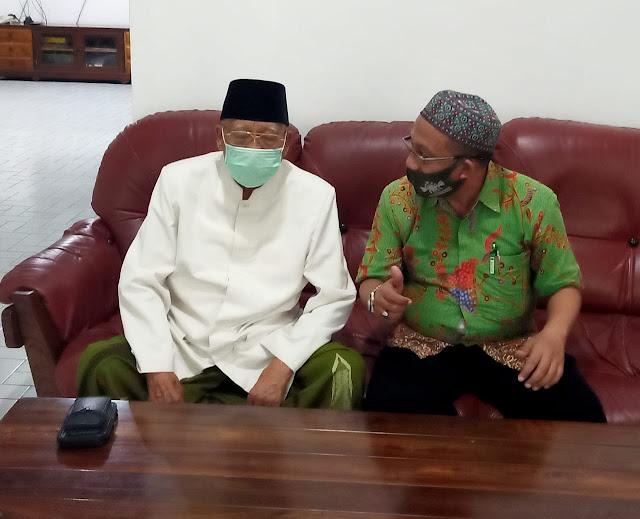 Teks Foto: KH. Abdusshomad Buchori bersama Ketua SMSI Jatim Makin Rahmat. (ist/jtm1)