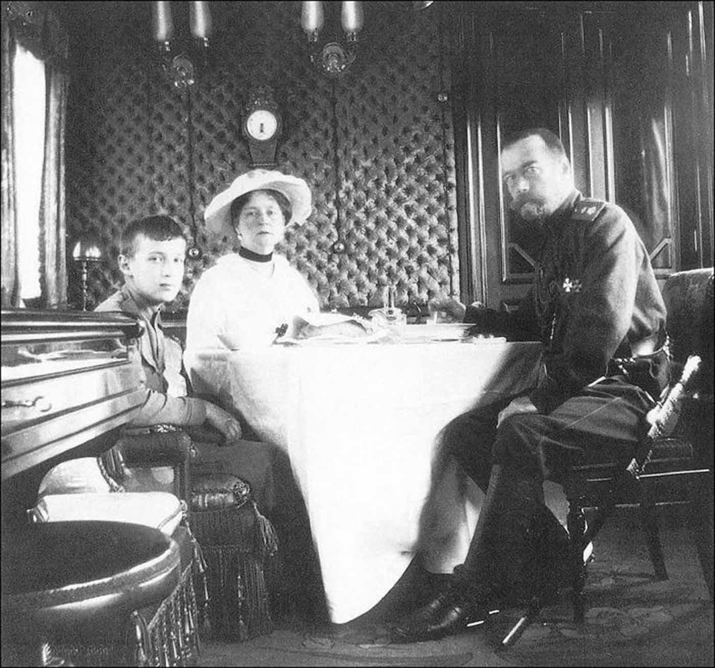 La emperatriz Alexandra, el zar Nicolás II y el zarevich alexei.