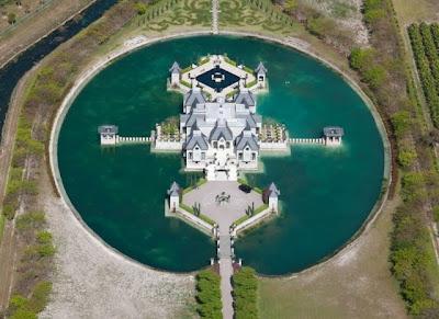 قلعة جميلة تحيط بها المياه من كل اتجاه