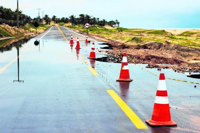 Foto_mostra_estradas_do_Brasil_com_buracos_cones_adverte_perigo_aos_motoristas.