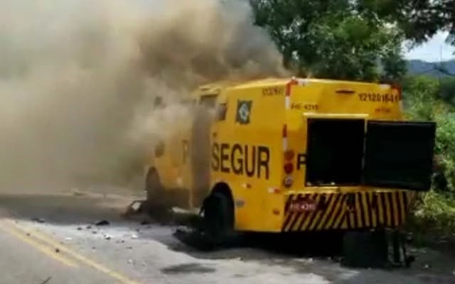 Bandidos fortemente armados explodiram um carro-forte da empresa Prossegur, na manhã desta sexta-feira (2), por volta das 11h30, na BR-324, próximo ao acesso para o distrito de Itaitu, em Jacobina.