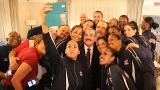 Ganadoras medalla de plata: Danilo felicita a la Selección Nacional de Voleibol Femenino