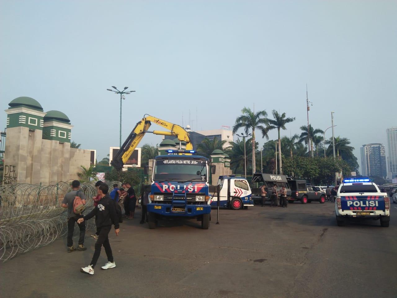 Kawat Duri dan Pembatas Beton Mulai Dipasang di Gerbang Utama DPR, Siapa Ketakutan?