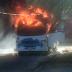 Micro-ônibus em chamas na cidade de Parnamirim