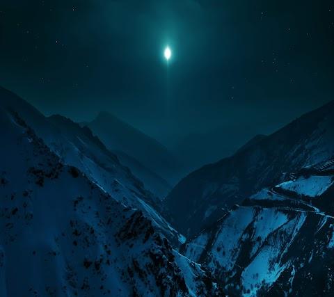 Trăng Sáng Trên Núi Tuyết