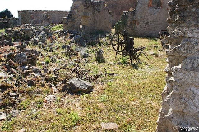 Attrezzi in ferro e biciclette rimasti dopo il massacro di Oradour sur Glane