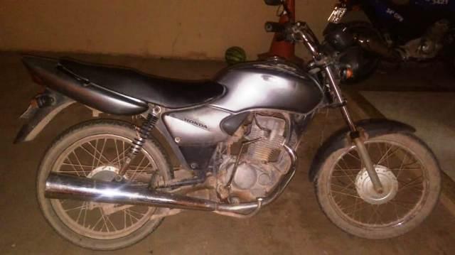 Polícia Militar recupera moto com restrição de furto/roubo, em Barra da Estiva