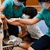 Ένας σκύλος δίπλα σε άρρωστα παιδιά