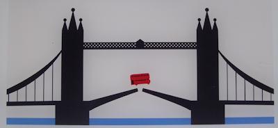 La historia del autobús que saltó el puente de Tower Bridge