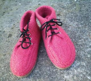 botas tricotadas  e feltradas com lã de ovelha, na cor vinho