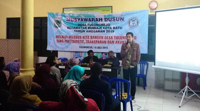 Plt. Camat Bumiaji Memandu Dalam Menentukan Skala Prioritas Pada Musyawarah Dusun Wonorejo Desa Tulungrejo