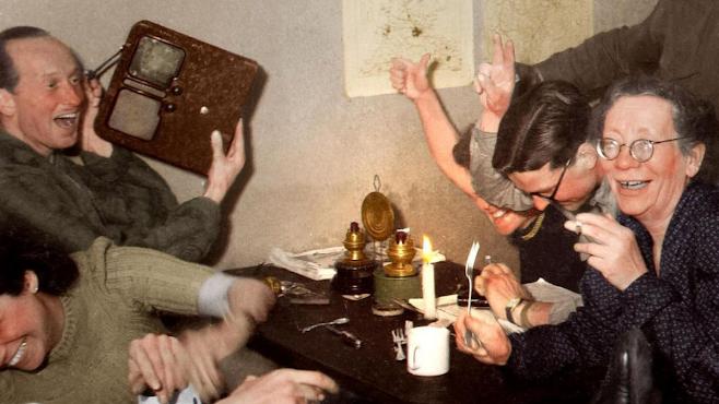 Hitler'in ölüm haberini radyodan dinleyen insanların mutluluğu