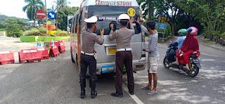 Sat Lantas Polres Enrekang Pasang Stiker Himbauan Pakai Masker di Kendaraan Umum