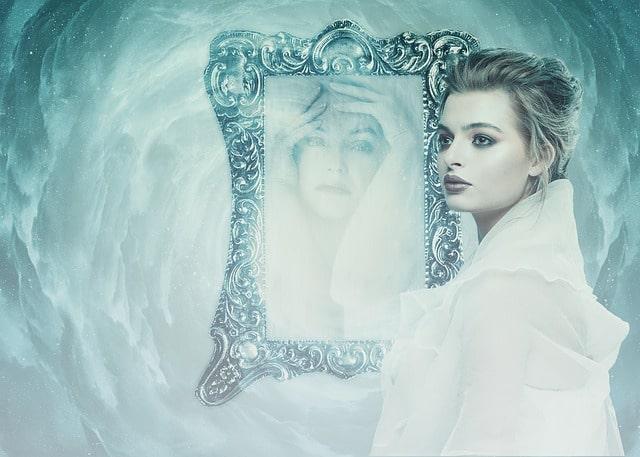 Aynadaki Sen misin? (Aynaya mı Bakıyorsun?)  1