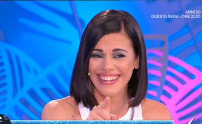 Bianca Guaccero divertita ride foto conduttrice