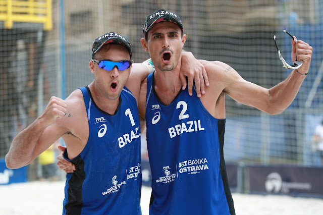 André e George comemoram passagem para a semifinal da etapa de Ostrava do Circuito Mundial de Vôlei de Praia