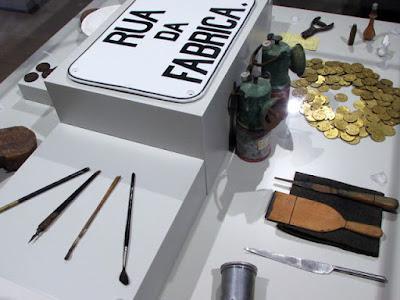 pincéis, moedas e placas de rua