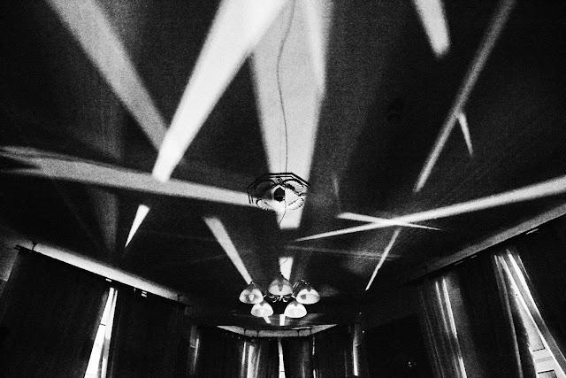 Kompozycja suprematyczna. Abstrakcja. Czarno-biała fotografia odklejona. fot. Łukasz Cyrus