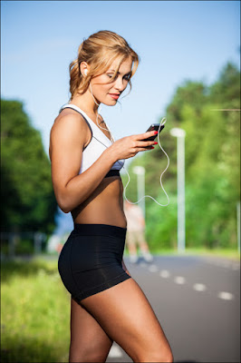 Fille avec application smartphone