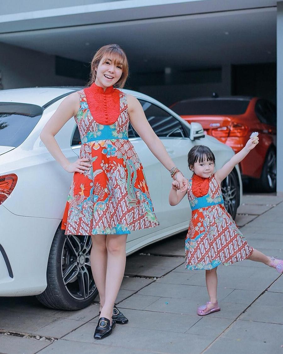 Gisella Anastasia batik mini dress pendek manis paha mulus indah rambut pirang