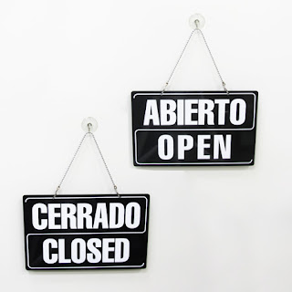 cartel varios idiomas abierto-cerrado