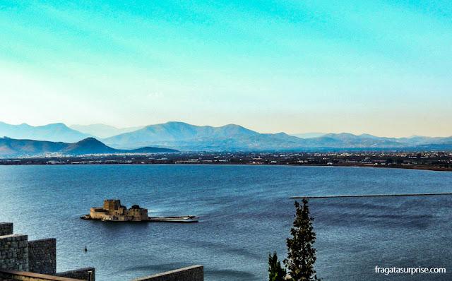 O forte do Bourtzi visto das muralhas da Acronafplia, Nafplio, Grécia