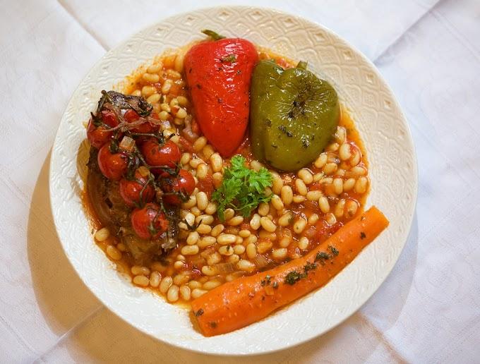 Habitas guisadas en tomate con verduras asadas