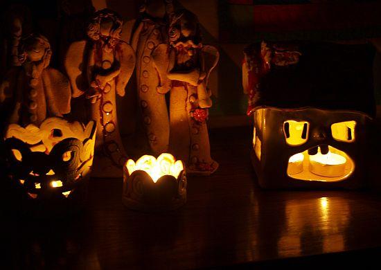 Ceramika artystyczna - domki świeczniki i aniołki w tle