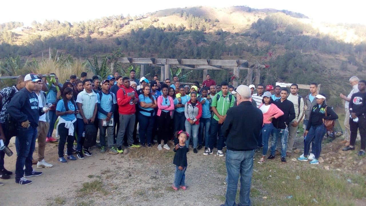 Dr. José Vásquez, se dirige a los estudiantes en Villa Poppy.