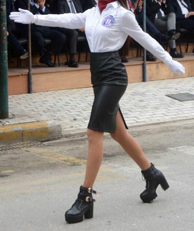 Δείτε με τι ΠΑΠΟΥΤΣΙΑ βάδισε στην παρέλαση αυτή η μαθήτρια – Λέτε να το πήρε σερί απ' τα μπουζούκια;