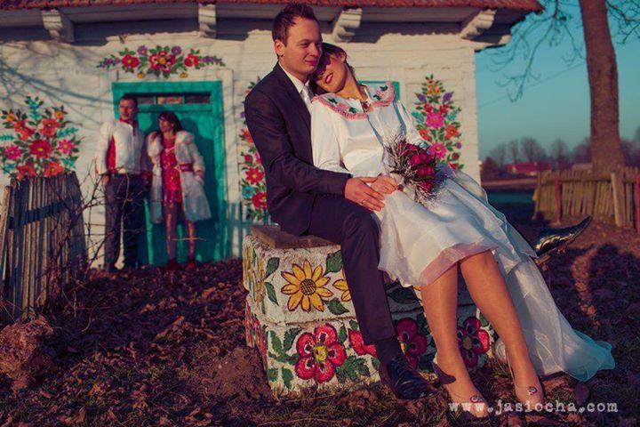 Zimowy plener ślubny na tle folkowych motywów