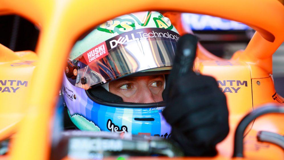Ricciardo se senta atrás de Norris na mesa, mas se recupera