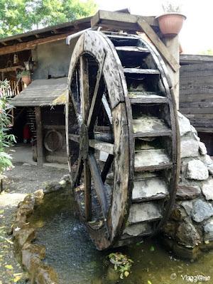 La riproduzione di un vecchio mulino ad acqua a Leolandia