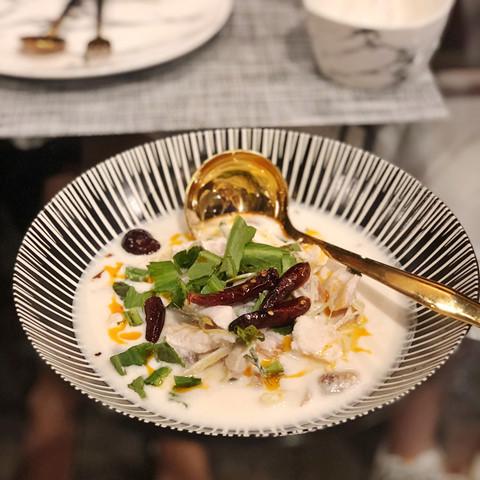 """Đến Mays Urban Thai Dine, chắc chắn bạn không chỉ được no bụng, mà còn """"no mắt"""". Từng món ăn ở đây được trang trí rất tỉ mỉ, công phu. Đến cả các vật dụng đựng thức ăn như chén, dĩa... cũng theo một concept đen - trắng đầy nghệ thuật."""