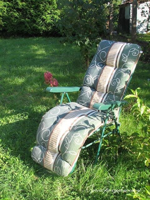 ogrodowe strefy relaksu, drewniana pergola, drewniany stół, ogród przydomowy, srefy relaksu w ogrodzie, miejsce wypoczynku