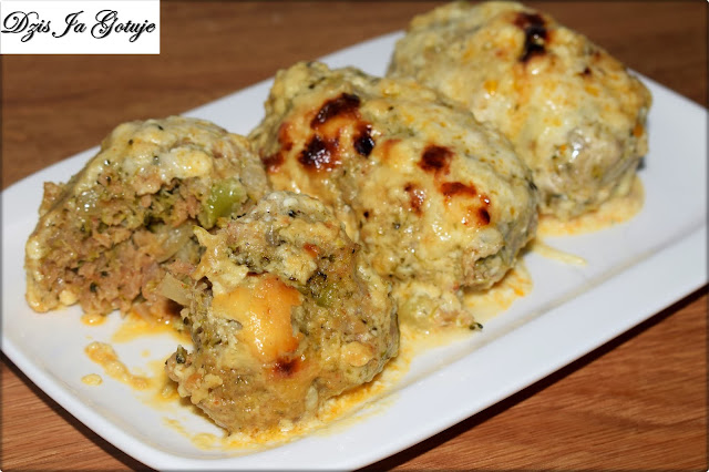 Kotlety mielone z brokułami zapiekane w sosie śmietanowo-serowym