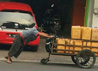 Ilustrasi orang mendorong gerobak tanpa keluh kesah (dokumen pribadi)
